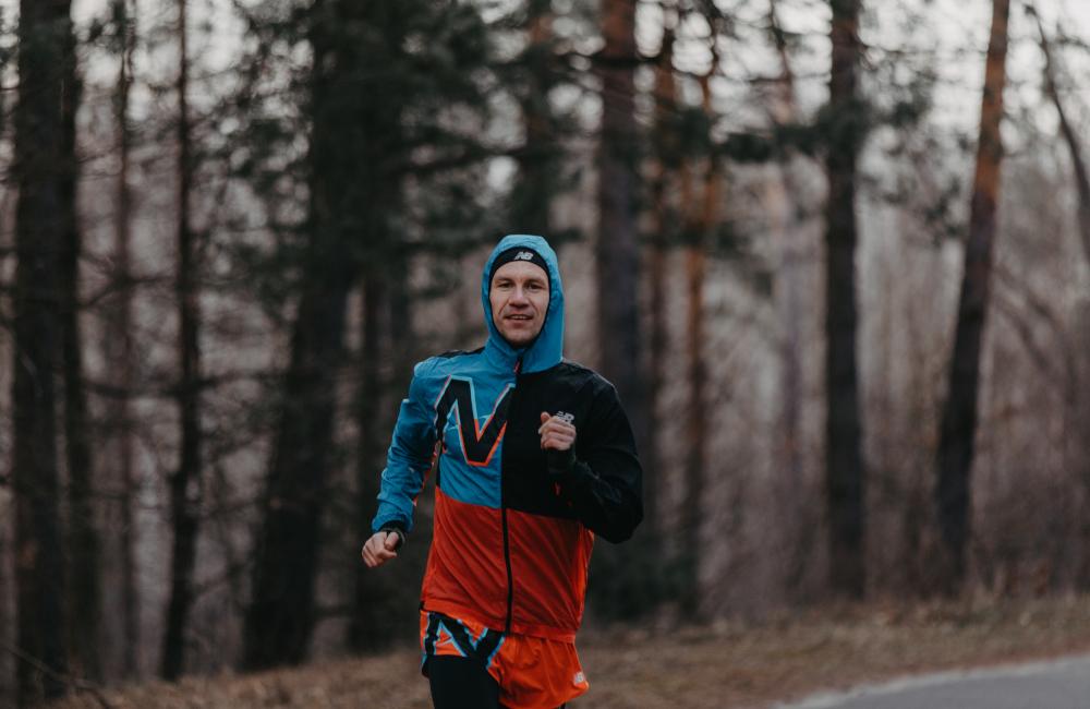 początkujący biegacz w lesie
